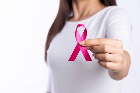 vrouw hand met roze lint kanker bewustzijn. concept gezondheidszorg en geneeskunde. Stockfoto