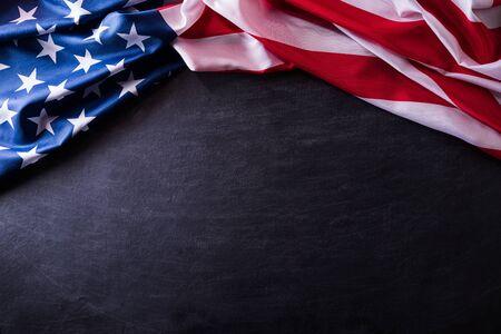 Felice giorno dei Veterani. Veterani di bandiere americane su uno sfondo di lavagna. Archivio Fotografico