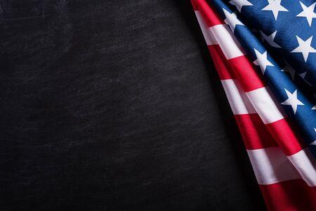 快乐的退伍军人节。美国旗子退伍军人反对黑板背景。