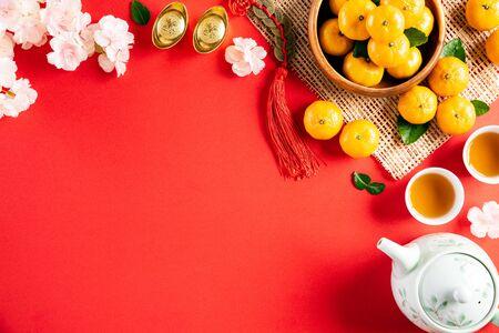 Décorations du festival du nouvel an chinois pow ou paquet rouge, lingots d'orange et d'or ou morceau d'or sur fond rouge. Les caractères chinois FU dans l'article font référence à la fortune, à la chance, à la richesse, aux flux d'argent.