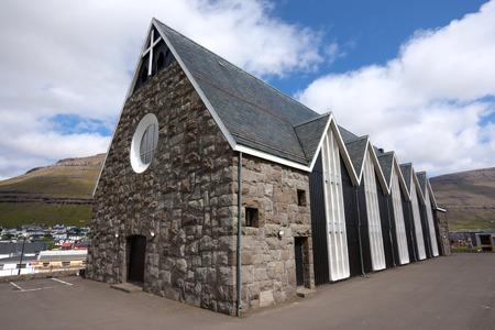 proved: Christianskirkjan costruire nel 1963, � il primo in Scandinavia per essere costruito in vecchio stile norvegese. La struttura del tetto � lo stesso di quello che si aspetterebbe di trovare nelle sale vichinghe. Questa costruzione tetto aperto � dimostrato particolarmente adatto per chiesa b Archivio Fotografico