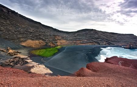 lanzarote: Vulkanische baai bij El Golfo, Lanzarote, Canarische Eilanden Stockfoto