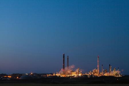 chemical plant: Olieraffinaderij en chemische fabriek bij blauw uur
