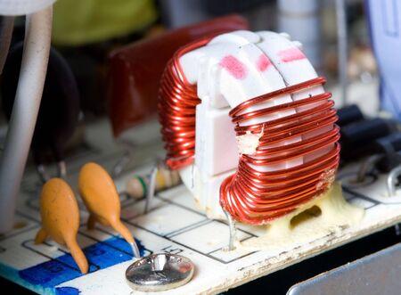 coppery: dettaglio delle macro induttore con filo rosso