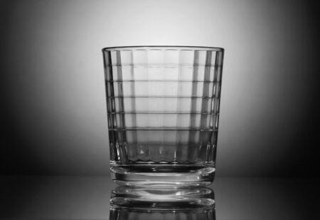 criterio: vetro sfaccettato su sfondo bianco e nero.  Archivio Fotografico