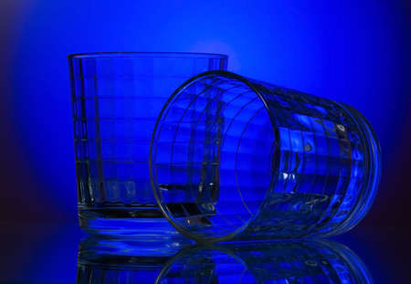 criterio: due vetro sfaccettato su sfondo blu  Archivio Fotografico