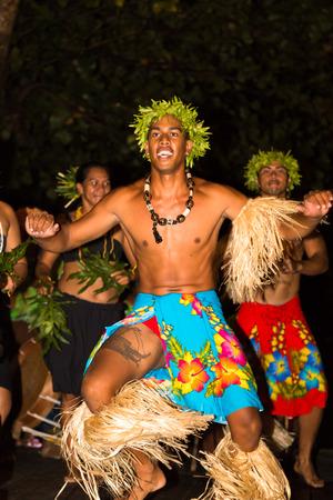 TAHAA, 프랑스 령 폴리네시아 - 년경 2014 : 프랑스어 폴리네시아의 고급 리조트의 주요 관광 명소는 폴리 네 시안 남성과 여성 Tahaa.Polynesian 춤 2014 년경 전