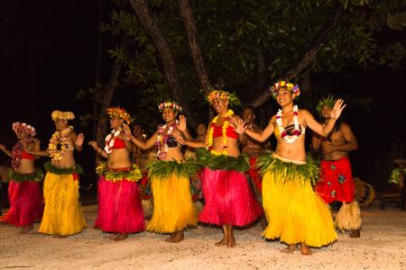 TAHAA, 프랑스 령 폴리네시아가 - 년경 2014 : 프렌치 폴리네시아의 고급 리조트의 주요 관광 명소는 폴리 네 시안 남성과 여성 Tahaa.Polynesian 춤 2014 년경 전