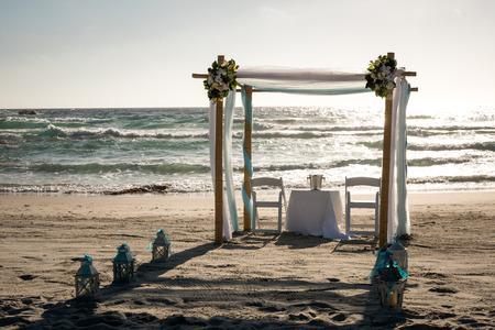 結婚式: ビーチの祭壇は結婚式の準備ができて