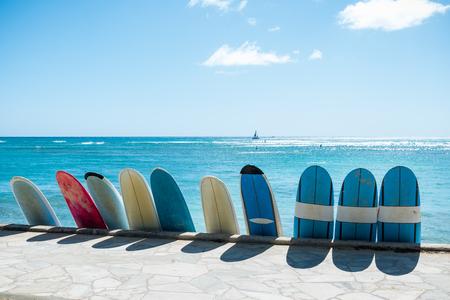 하와이, 오아후 섬 호놀룰루 해변에 서핑 보드 서핑