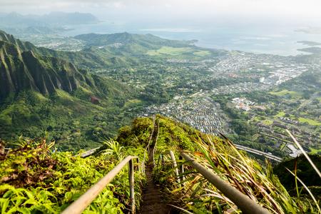 Schilderachtig uitzicht van Stairway to Heaven in Oahu Hawaii Stockfoto - 66495356
