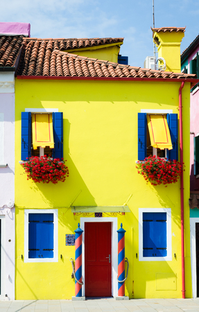 case colorate: Case colorate lungo i canali di Burano vicino a Venezia in Italia