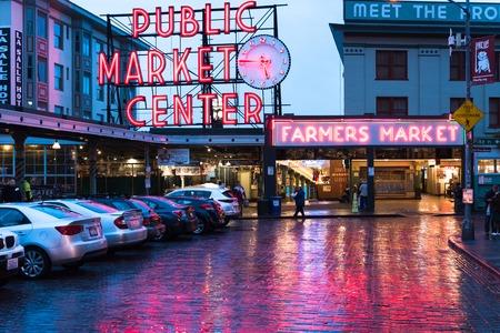 Seattle, WA / USA 30 oktober 2016: Pike Maret in de avond na regenachtige dag Redactioneel