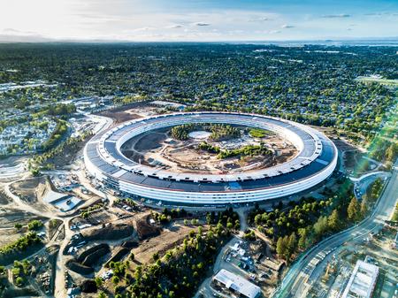 Luchtfoto van de nieuwe campus van Apple in aanbouw in Cupetino