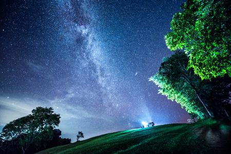 La Vía Láctea y algunos árboles. En las montañas de Nan en Tailandia