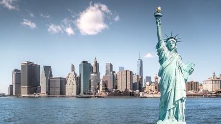 La statue de la liberté, les monuments de New York City avec fond de construction de Manhattan