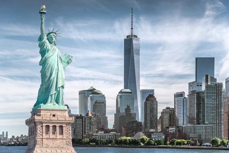 La statua della libertà con sfondo World Trade Center, punti di riferimento di New York City, Stati Uniti d'America