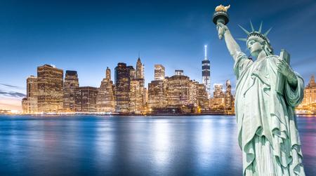 Het Vrijheidsbeeld met Lower Manhattan-achtergrond in de avond, Oriëntatiepunten van de Stad van New York, de VS Stockfoto - 85090886