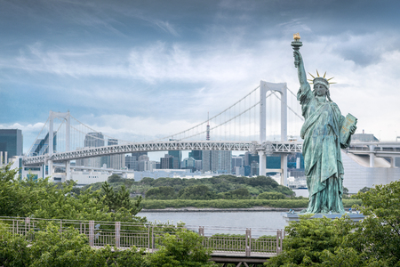 Odaiba Statue of Liberty with rainbow bridge and skyscraper background, Landmarks of Tokyo, Japan Zdjęcie Seryjne