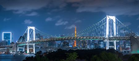 Rainbow bridge and Tokyo tower in evening, Landmarks of Tokyo, Japan 免版税图像