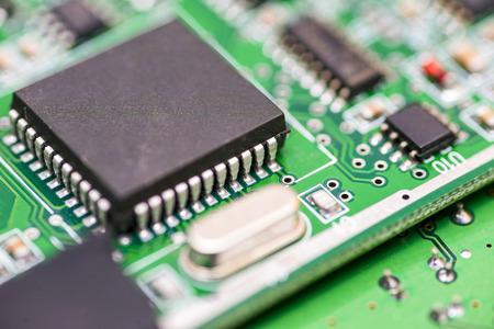 Scheda madre del computer. Chip da vicino su un circuito integrato. Primo piano del circuito elettronico. Scienza tecnologica. Chip digitale della scheda madre