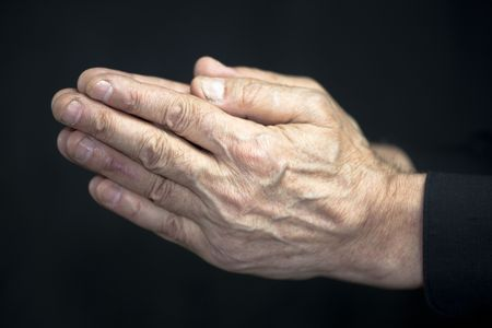 hombre orando: Manos de edad rezando