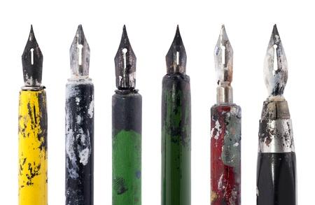 Collectie van oude kleurrijke pennen geïsoleerd op wit