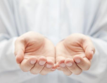 show of hands: Mani aperte. Holding, dando, mostrando concetto.