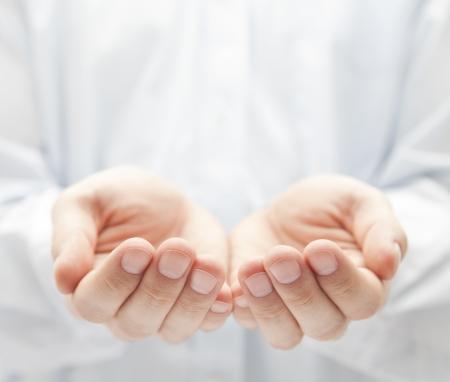 dando la mano: Las manos abiertas. La celebración, dando, mostrando concepto. Foto de archivo