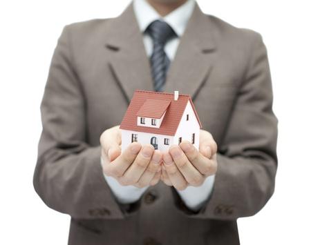 rental house: Hombre de negocios la celebraci�n de una casa de juguete
