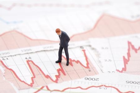 La crise financière. Figure d'homme d'affaires sur les tableaux financiers Banque d'images