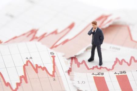 金融危機。財務チャート上のビジネスマンの図