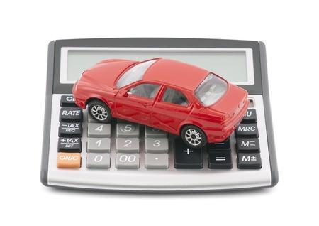 クリッピング パスを持つ計算機と赤のおもちゃの車