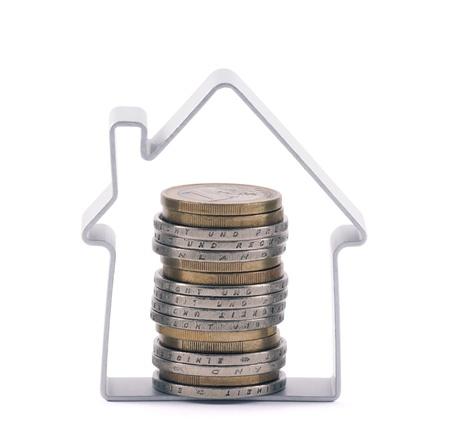 家とクリッピング パスが含まれるユーロ硬貨のスタック 写真素材
