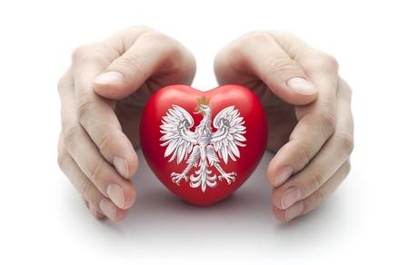 ポーランド語の手をカバーする赤いハートの紋章 写真素材