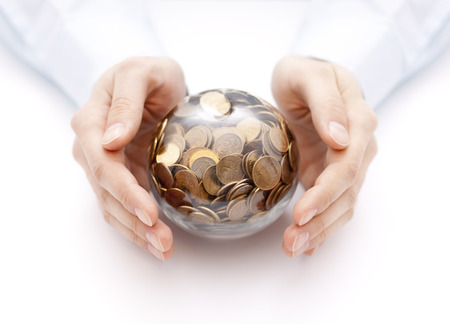 Boule de cristal avec de l'argent dans les mains