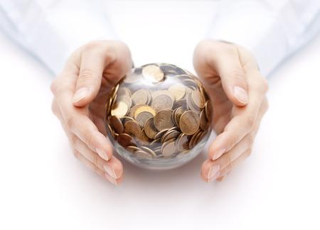 Kristallen bol met geld in handen