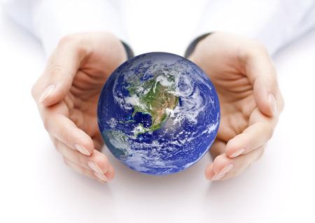 手に地球地球の画像は Nasa によって提供されます。 写真素材