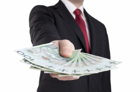 Empresário segurando dinheiro polonês. Trajeto de grampeamento incluído.