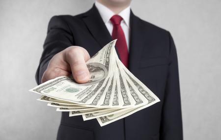 dolar: Hombre de negocios con dólares americanos. Foto de archivo