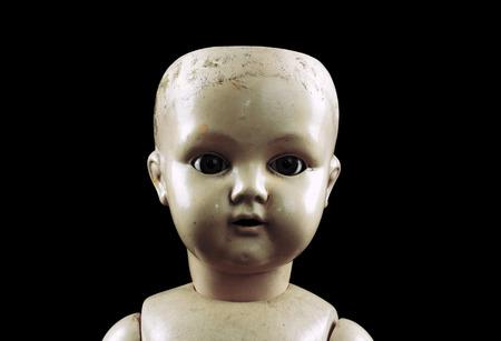 muneca vintage: Cara de mu�eca de la vendimia aislado en negro Foto de archivo