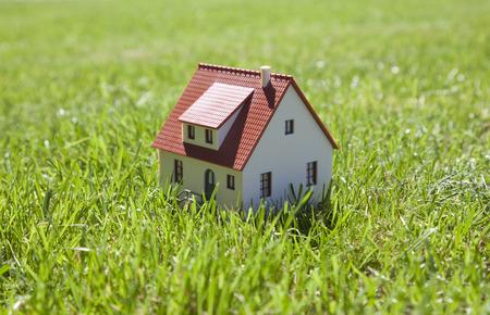 Piccola casa su erba verde Archivio Fotografico