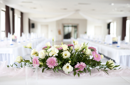 Wedding table with bouquet of flowers Stockfoto
