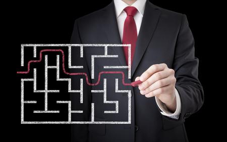 Geschäftsmann der Suche nach der Lösung eines Labyrinths Standard-Bild - 44722570