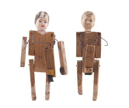juguetes de madera: muñecas de madera vintage aislados sobre fondo blanco con trazado de recorte Foto de archivo