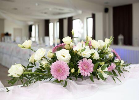 mujer bonita: Vector de la boda con el ramo de flores de gerbera