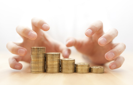 Avidità di denaro. Le mani afferrare le monete.
