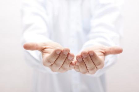 Öffnen Sie die Hände. Halten, Geben, zeigt Konzept.