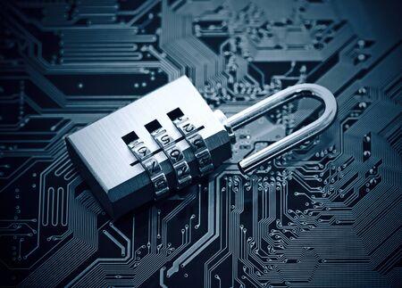concept de sécurité informatique. Cadenas sur le circuit informatique carte