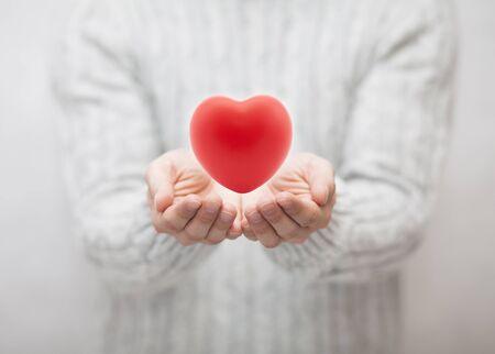 uomo rosso: L'uomo che dà cuore rosso. Concetto di amore